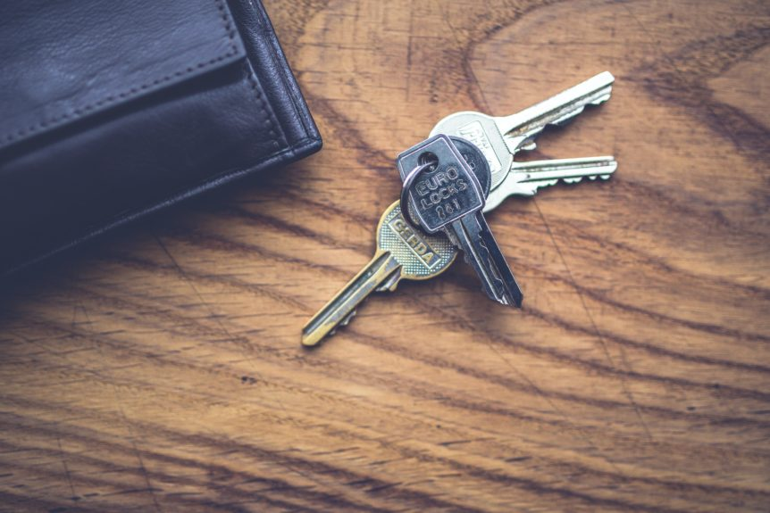 nøgler på bord med pung